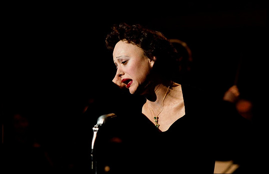Ve filmu Edith Piaf byla k nepoznání.
