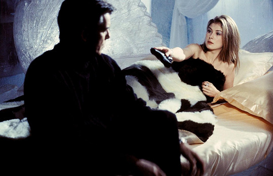 Rosamund Pike v bondovce Dnes neumírej (2002)