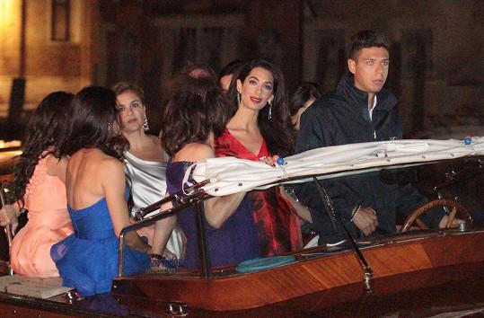 Jeho vyvolená Amal zase s kamarádkami v nádherné rudé róbě.