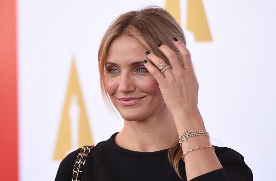 Diaz na svůj nový prsten často upozorňuje.