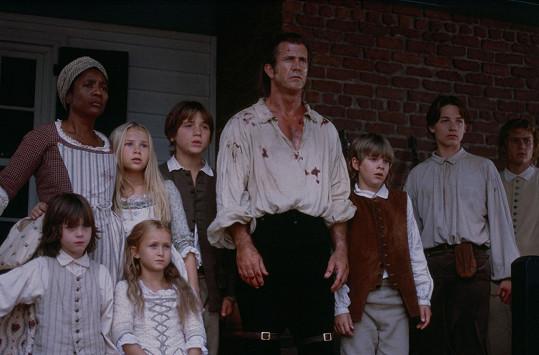 Skye McCole Bartusiak (dole druhá zleva) jako dcera Mela Gibsona v Patriotovi. Vpravo pak stojí její filmový bratr Heath Ledger, jenž zemřel v roce 2008.