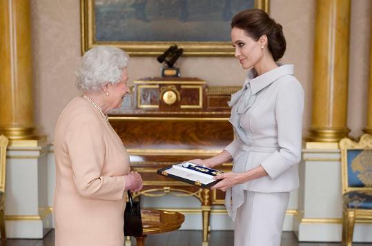 Angelina Jolie převzala z rukou královny Alžběty II. čestný titul.