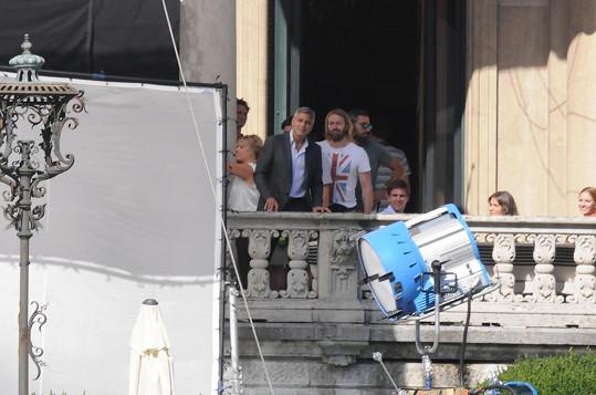 Herec sleduje paparazzi na lodičkách a Sabina se tomu směje.