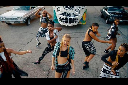 Fergie zase dovádí v roztančených videoklipech.