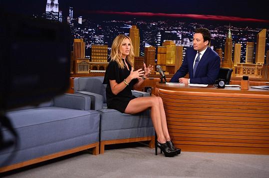 Na natáčení si vzala kraťounké šortky.