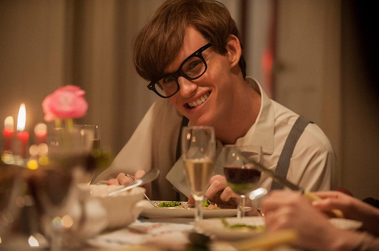 Redmayne v roli Hawkinga ve snímku Teorie všeho