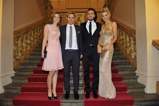 Tomáš Sivok s manželkou Míšou (pár vpravo). Vlevo stojí jablonecký Tomáš Hübschman, který momentálně v reprezentaci nehraje, a jeho žena Jana.