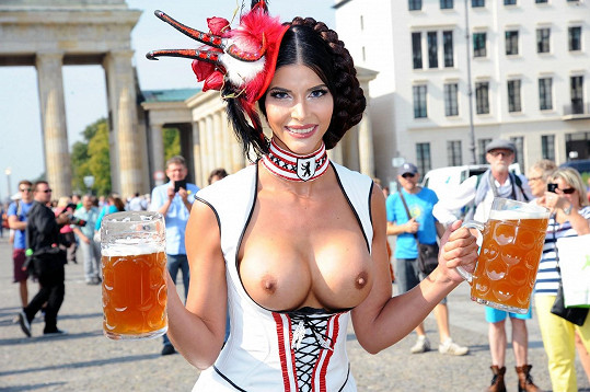 Odhalená ňadra a pivo - sen nejednoho muže