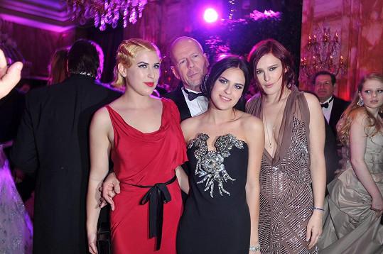 Bruce Willis se svými dcerami na snímku z roku 2011