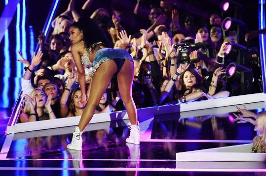 Rapperka na Fashion Rocks zazpívala svůj hit Anaconda.