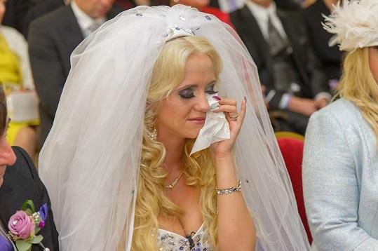 Nevěsta byla honosným obřadem velmi dojatá.