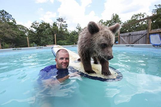 Carl Bovard se svým talentovaným medvídětem
