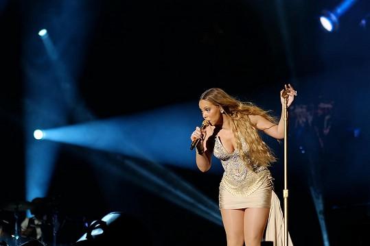 Tento model se zpěvačce nebezpečně sune nahoru.