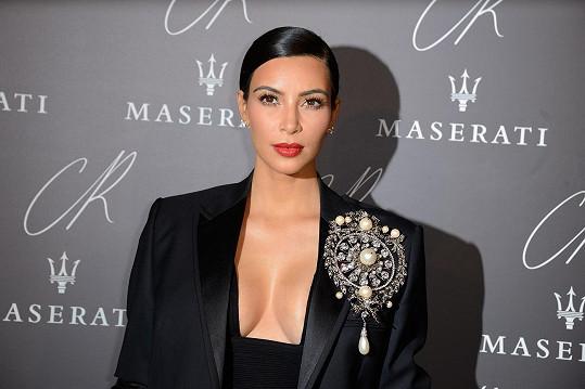 Kim Kardashian umí prodat svůj dekolt.