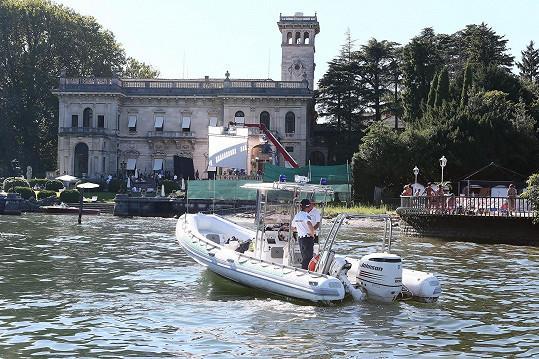 Kolem vily Erba se celý den sjížděly lodičky s fotografy. Na místo proto přijela i policejní hlídka.