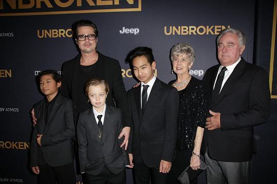 Na premiéře se objevili i hercovi rodiče Bill a Jane Pittovi.