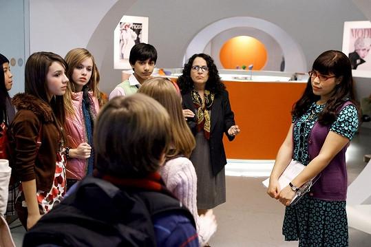 Carol Ann Susi (uprostřed) v seriálu Ošklivka Betty.