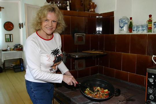 Dobroty vaří na kachlových kamnech.