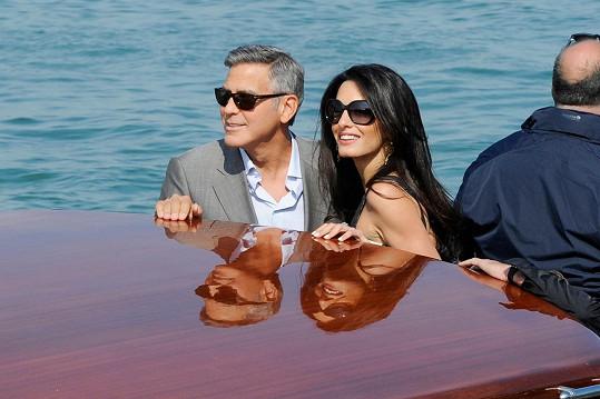 Včera se projížděli Benátkami na lodi.