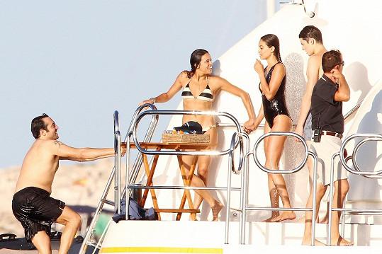 Michelle Rodriguez se Shaninou Shaik a několika dalšími muži během plavby