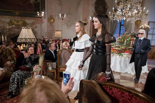 Na přehlídce Chanel s Karlem Lagerfeldem v pozadí
