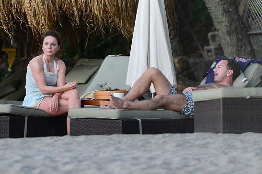 Snoubenci relaxují na pláži na ostrově Svatá Lucie.