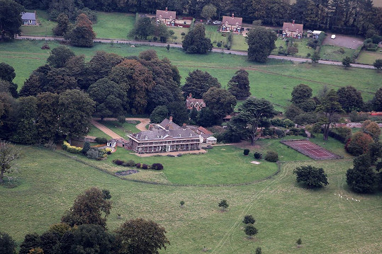 Sídlo disponuje deseti pokoji, rozlehlou zahradou, bazénem i tenisovými kurty.