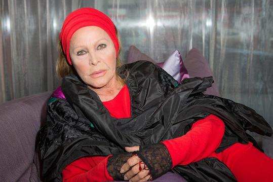 Ursula Andress se stále prezentuje jako dáma.