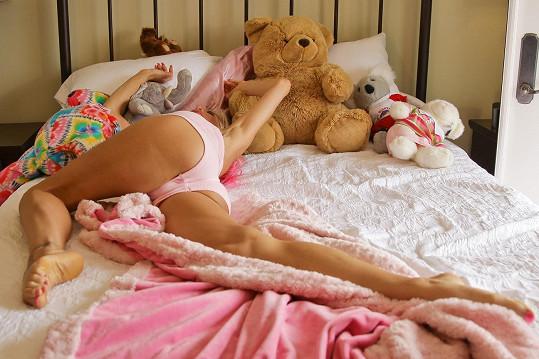 V posteli se válela s plyšovým medvědem.
