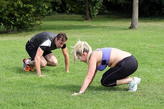 Trenér Ian Guildford dával Frankie do těla.