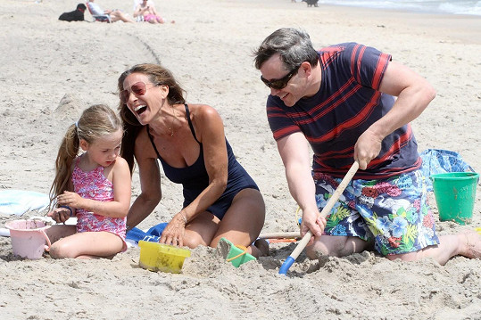 Rodinná pohodička s dcerou na pláži
