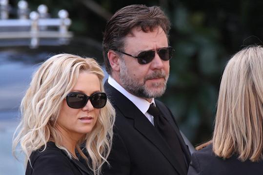 Na pohřeb dorazil i Russell Crowe s manželkou