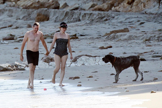 Milla s manželem Paulem W. S. Andersonem a jejich psem v Malibu