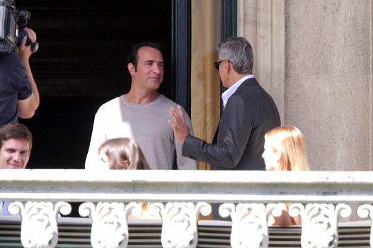 Hlavním aktérem příběhu bude pochopitelně George Clooney. Dalších úloh se zhostila jistá postarší Francouzska a právě česká modelka Sabina Závodná (blondýna vpravo dole).