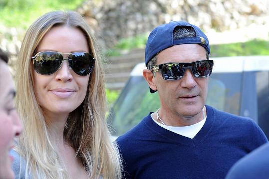 Antonio Banderas s nizozemskou přítelkyní tvoří sympatický pár.