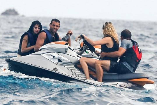 Selena s Carou Delevingne neodmítly společnost dvou atraktivních mužů.