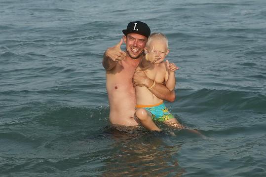 S Jiříčkem neustále dováděl v moři.