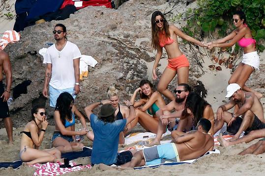 S partičkou přátel vyrazil DiCaprio do Karibiku.