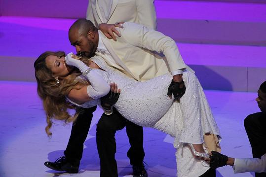 Elegantní hluboký záklon zvládli jak tanečník, tak zpěvačka.