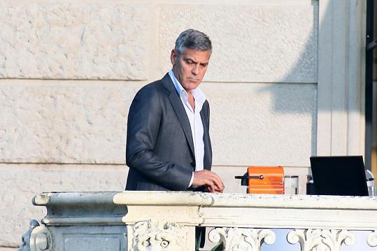 George Clooney točí nedaleko svého domu u jezera Como reklamu na kávu.