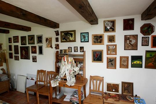Na stěnách visí spousta obrázků.