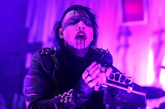 Takhle Manson řádí na jevišti.