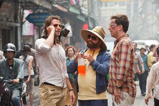 V Pařbě v Bangkoku s Bradleym Cooperem a Edem Helmsem
