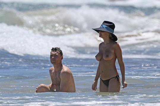 Avatar Sam Worthington s modelkou Larou Bingle na Havaji