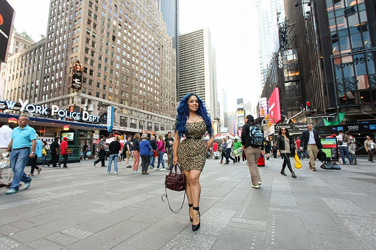 Modelka působí se svým vosím pasem ve městě jako zjevení.