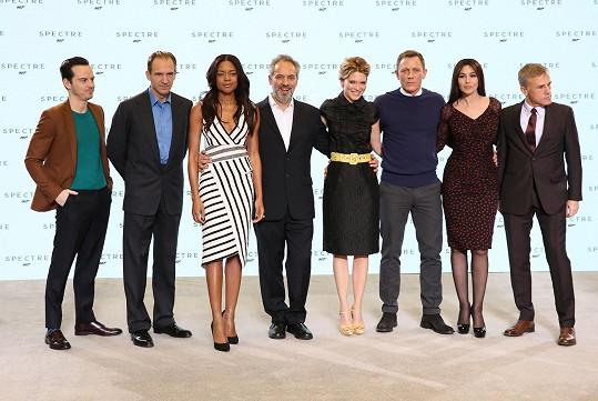 V Londýně byly představeny hvězdy nejnovější bondovky Spectre. Zleva: Andrew Scott, Ralph Fiennes, Naomie Harris, režisér Sam Mendes, Daniel Craig, Léa Seydoux, Monica Bellucci a Christopher Waltz.
