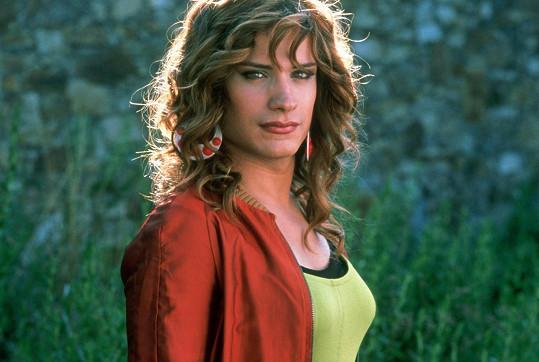 Ve filmu Špatná výchova (2004) si Bernal zahrál transsexuála.