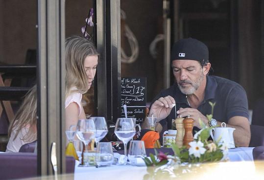 Banderas už partnerku neskrývá a klidně s ní poobědvá v restauraci na zahrádce.