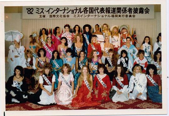 Caroline za stát Wales (dole třetí zprava) v roce 1982 na velkém finále v Japonsku.