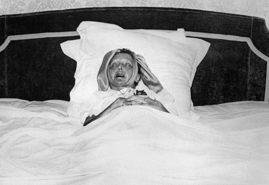 Edith na smrtelné posteli. Bylo jí pouhých 47 let.